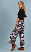 Pantalon Gus London , printed trousers, wide and a little short, stretch, flat profile, zip side, patch pockets back and front.