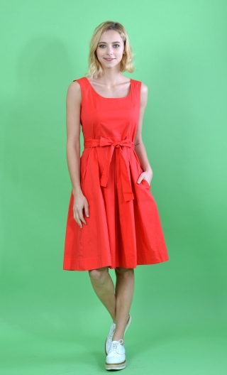 Robe Talons Aiguille Seniora Fraise Round Neckline, Sleeveless, Twirling Petticoat, Pockets, Marked Waist and Belt