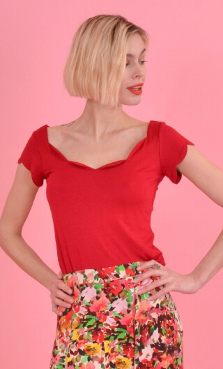 Top Vénus Basic Raffinés red, Plain, fitted top, scalloped neckline and small sleeves.