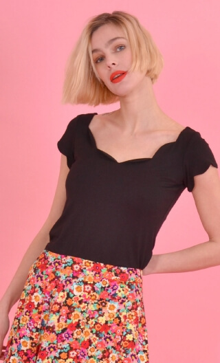 Top Vénus Basic Raffinés black, Plain, fitted top, scalloped neckline and small sleeves.