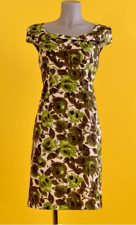Robe Barcelona Buckingham, Glamorous printed dress, fitted and tapered, plunging neckline, knee length, 1950s.