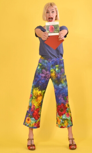 Pantalon Gus Tropiques printed trousers, wide and a little short, stretch, flat profile, zip side, patch pockets back and front