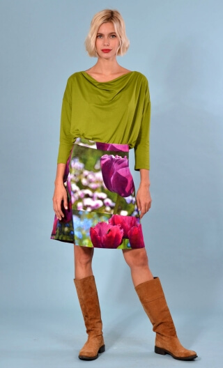 Jupe Swan Tulipes violet print, A-line printed skirt just above the knee, zipped at the back.