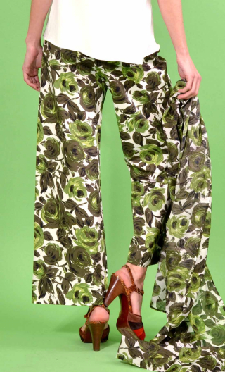 Pantalon Gustave Buckingham, trousers wide and a little short, high waist, flat profile, side zip, patch pockets back and fr
