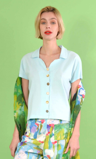 Top School One Piqué sky blue, small collar, short, kimono sleeve, loose bust, silver hammered buttons