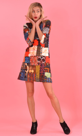 Robe Reviens-moi toujours printed British Melody, stretch velvet, fitted, over-the-knee length, elbow sleeve.